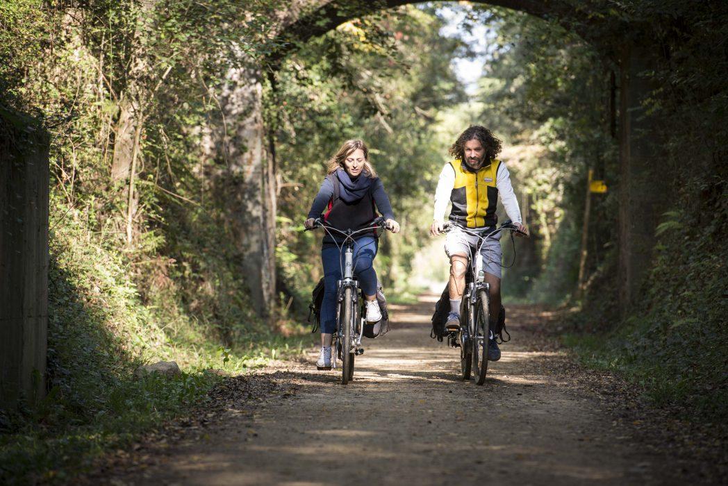 parella ciclista per la via verda