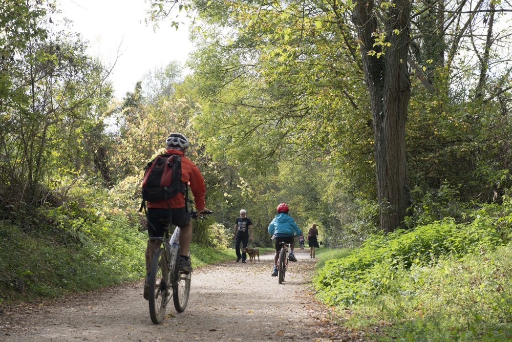 persones a peu i amb bicicleta per la via verda
