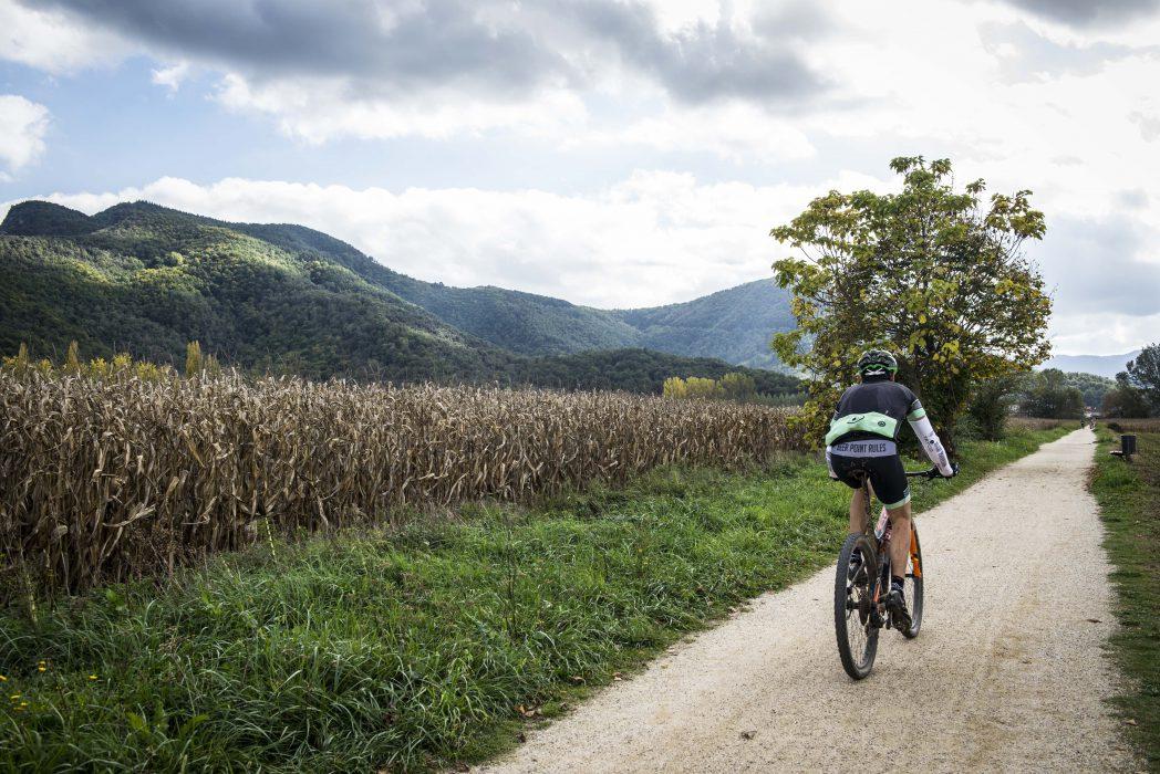 ciclista a la via verda en el seu pas per la Garrotxa