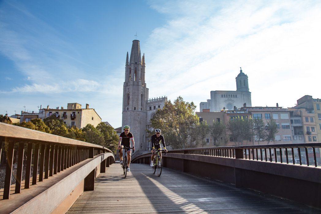 Dos ciclistes al pont de Sant Feliu de Girona