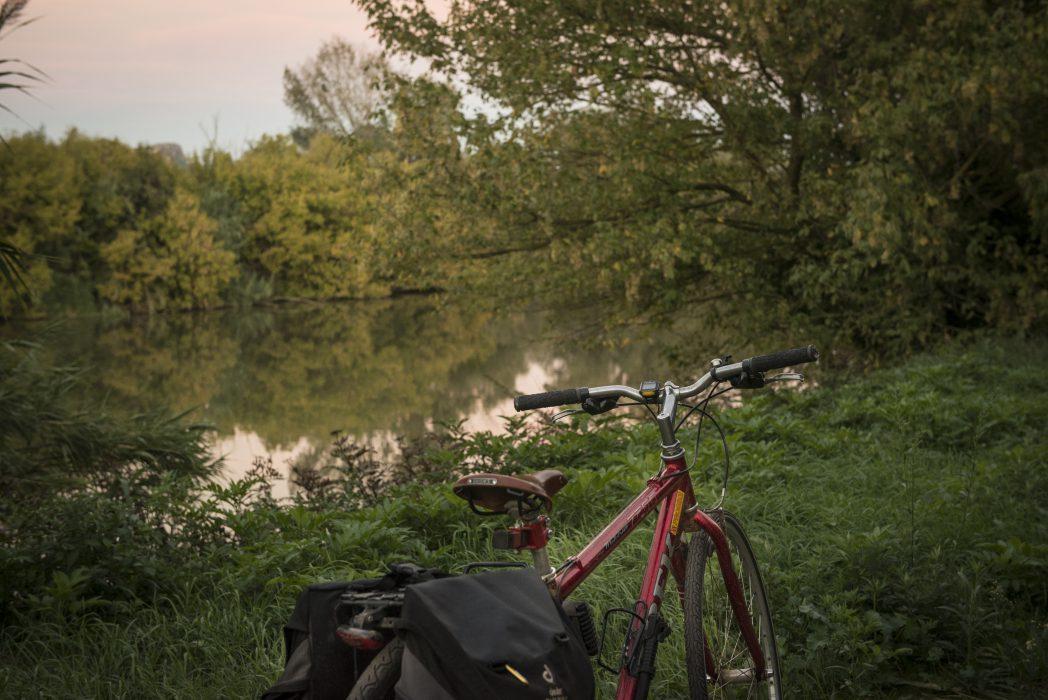 Bicicleta davant d'un riu del Baix Empordà