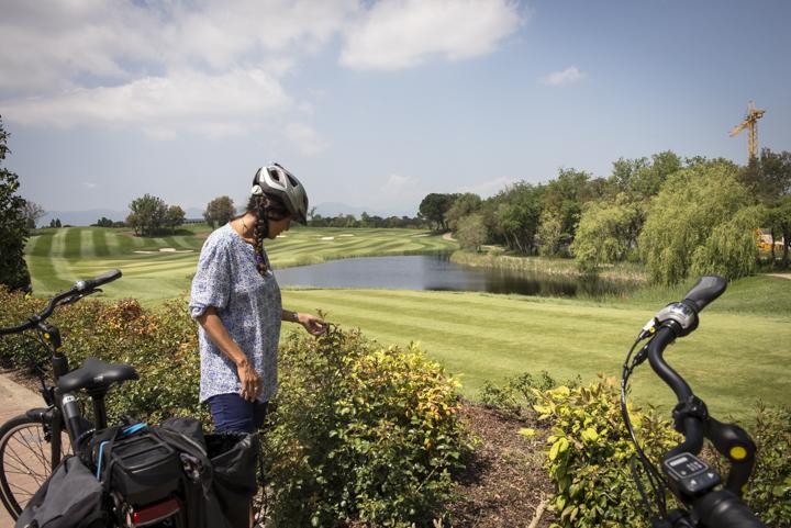 noia amb bici al voltant del golf PGA ruta Termal