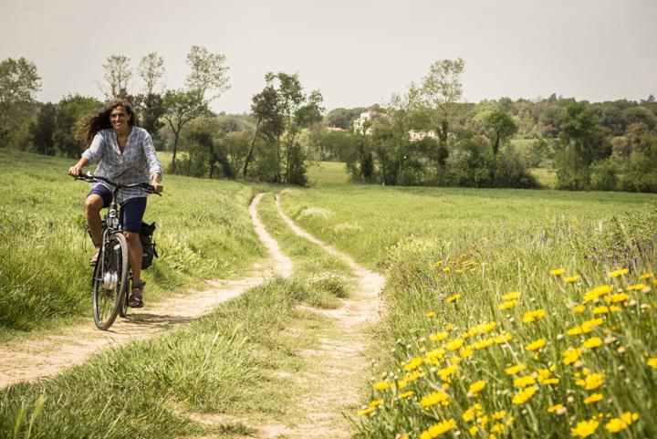 noia amb bici a la ruta Termal prop de Caldes