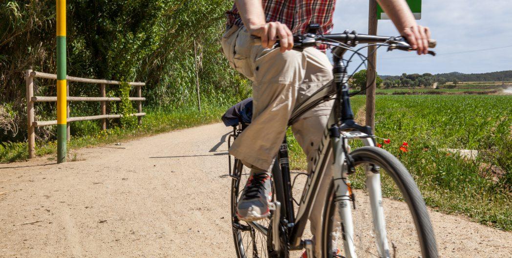 Ciclista per la Ruta del Tren Petit