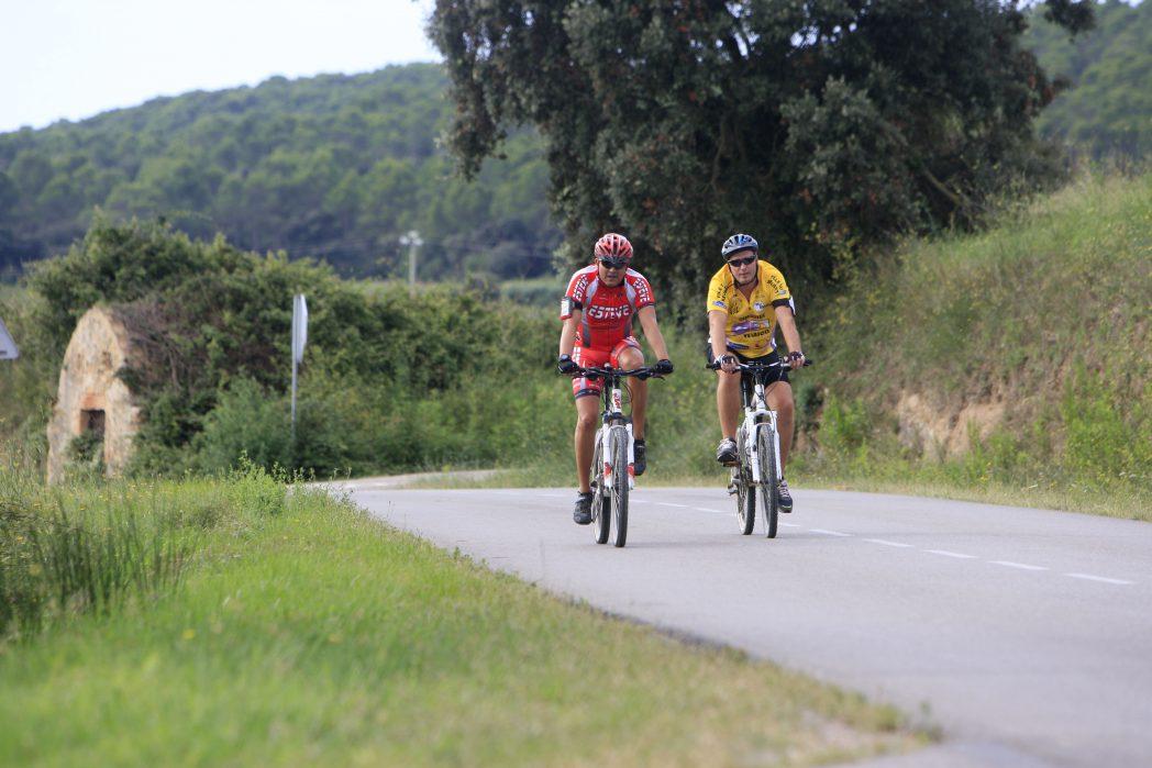 Ciclistes pedalant pel Baix Empordà