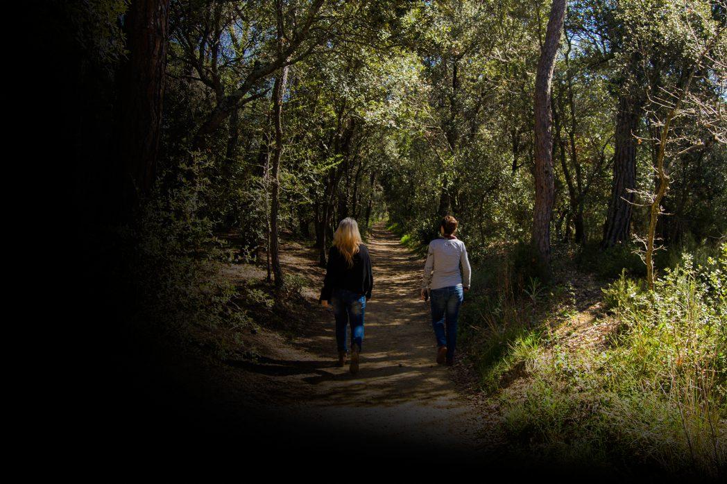 Dues persones caminant per la Ruta Termal